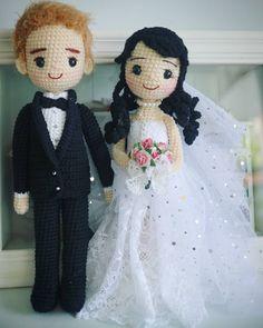 No hay descripción de la foto disponible. Knitted Dolls, Crochet Dolls, Baby Door Hangers, Wedding Doll, Crochet Wedding, Amigurumi Doll, Toys For Girls, Doll Patterns, Wedding Couples