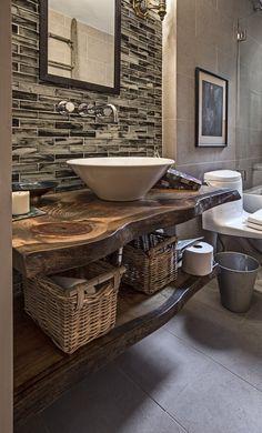 salle de toilette contemporaine décorée d'une mosaïque grise et aménagée avec un plan vasque bois brut