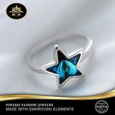 Anel com tema de estrelas, delicado e elegante que se destacam por seu brilho e beleza, combinando com o nosso conjunto de jóias Star, brincos, colares e pulseiras, dando ao conjunto charme e elegância.  Swarovski Cristais Elements na cor azul  Especificações: Banhado a Rhodium