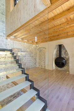 Diseño de chimenea de hierro en casa rústica moderna
