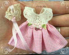 1/12 vestido y berret dollshouse miniaturas a mano con algodón antiche frnch encaje y seda de la cinta.
