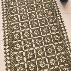 Tecendo Artes em Crochet: Trilho de Mesa Clássico Crochet Flower Tutorial, Crochet Doily Patterns, Crochet Motif, Crochet Doilies, Crochet Flowers, Crochet Table Runner, Crochet Tablecloth, Crochet Curtains, Crochet Bracelet