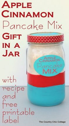 Apple Cinnamon Pancake Mix Gift in a Jar -- includes recipe and free printable label. Everything you need to give a great handmade gift this Christmas. (christmas treats in a jar) Pot Mason Diy, Mason Jar Crafts, Homemade Christmas Gifts, Homemade Gifts, Holiday Gifts, Santa Gifts, Homemade Cookies, Homemade Food, Diy Food