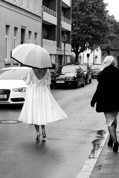 Braut mit Tattoos im 50s rockabilly  Brautkleid und gepunktetem Schirm auf dem Weg zum Standesamt (Foto: Framboise Design)