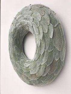 Dieser Kranz habe ich aus * des Lammes Ohr (Niederwendischen Byzantina) Blättern und mit Weihnachtsschmuck dekoriert. Außendurchmesser - 38 cm(15) Innendurchmesser - 15cm (6) Dicke - ~ 5cm (~ 2) Der Kranz ist für den Innenbereich geeignet! * Was ist weich, unscharf und silbrig