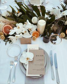 modern and minimal tropical wedding decor Table Decoration Wedding, Decoration Evenementielle, Wedding Table Settings, Modern Wedding Decorations, Modern Wedding Ideas, Setting Table, Rustic Wedding, Buffet Table Decorations, Round Table Settings