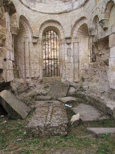 Montreuil-Bellay, L'église paroissiale SAINT-PIERRE, 2) Les ruines actuelles du choeur et de l'absidiole sud conservent un groupe de chapiteaux du milieu du XII°s. Ils sont à rapprocher de ceux de Cunault, de Saint-Aubin d'Angers ou de Brion. Une simplicité non dépourvue de force, une grande diversité et parfois un archaïsme relatif les caractérisent.