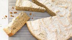 Wenn der frische Orangenduft sich ausbreitet, ist Widerstand zwecklos: Würziger Makronenkuchen mit Nüssen | http://eatsmarter.de/rezepte/wuerziger-makronenkuchen