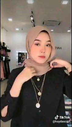 Modern Hijab Fashion, Hijab Fashion Inspiration, Muslim Fashion, Hijab Turban Style, Mode Turban, Simple Hijab Tutorial, Hijab Style Tutorial, Stylish Hijab, Casual Hijab Outfit