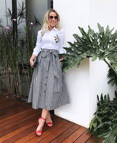Skirts are a very popular mix all year round. Girls who learn to use skirts to change the overall proportion and create everyday wear must… Modesty Fashion, Hijab Fashion, Fashion Dresses, Casual Skirt Outfits, Classy Outfits, Modest Dresses, Modest Outfits, Pullover Rock, Hijab Stile