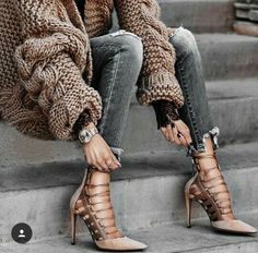 I need this outfit! Those heels and chunky cardigan look amazing together! Wardrobe must have! Look Urban Chic, Look Hippie Chic, Moda Zara, Estilo Glamour, Fashion Looks, Style Fashion, Fashion Outfits, Womens Fashion, Fashion Trends