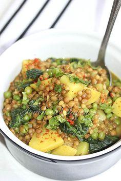 Un met végétarien bien réconfortant et savoureux pour se réchauffer…il est composé de pommes de terre, oignon, ail, curry, curcuma, bouillon, lentilles, petits pois, épinards&#8…