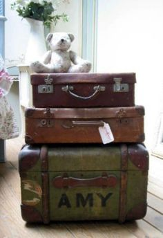 French suitcases I LOVE old suitcases and trunks. That would be a great bed side table! Vintage Design, Vintage Love, French Vintage, Retro Vintage, Vintage Market, Vintage Suitcases, Vintage Luggage, Vintage Travel, Old Trunks