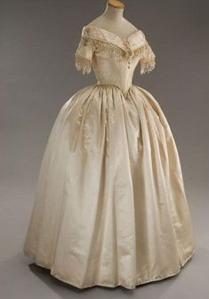 Costume designed by Piero Tosi for Isabelle Huppert in La Dame aux Camélias 1850s Fashion, Victorian Fashion, Vintage Fashion, Victorian Dresses, Old Dresses, Pretty Dresses, Beautiful Dresses, Isabelle Huppert, Vintage Gowns