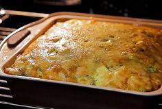 Budinca din dovlecei tineri cu cașcaval și verdeață este foarte gustoasă! Este moale și suculentă la interior, iar suprafața îi este acoperită de o crustă crocantă și apetisantă de cașcaval. Se prepară ușor și rapid. Toți cer porții suplimentare! INGREDIENTE: -600 g de dovlecei; -100 ml de lapte; -4-5 ouă; -150 g de cașcaval tare; -3 căței de usturoi; -ceapă verde — după gust; -mărar— după gust; -sare, piper negru măcinat— după gust; -ulei — pentru ungerea tăvii. MOD DE PREPARARE… Lasagna, Macaroni And Cheese, Ethnic Recipes, Food, Youtube, Green, Mac And Cheese, Essen, Meals