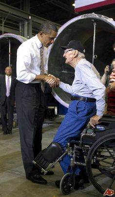 President Obama greets veteran Archie Hackney, from Des Moines, Iowa. The 90 year old veteran insists on standing as a show of respect. Barack Obama, First Black President, Mr President, Greatest Presidents, American Presidents, American Soldiers, Presidente Obama, Barack And Michelle, Thing 1