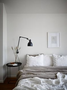 Japanese bedroom design ideas are supposed to resemble Japanese lifestyle, and are tolerably wealthy next specific patterns and unusual objects. To start with, Japanese people try to bring plants insi White Bedroom, Modern Bedroom, Bedroom Neutral, Small Minimalist Bedroom, Minimal Bedroom Design, Linen Bedroom, Contemporary Bedroom, Minimalist Art, Japanese Bedroom Decor