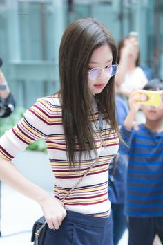 Your source of news on YG's biggest girl group, BLACKPINK! Please do not edit or remove the logo of any fantakens posted here. Blackpink Jennie, Blackpink Fashion, Korean Fashion, South Korean Girls, Korean Girl Groups, Black Pink, Blackpink Photos, Pictures, Blackpink Jisoo