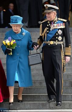 HRH Prince Philip Duke of Edinburgh gives HM Queen Elizabeth II a helping hand down the steps of St Paul's, after the national service of commemoration to mark the end of combat operations in Afghanistan, St Paul's Cathedral, March Royal Uk, Royal Queen, Royal Ascot, English Royal Family, British Royal Families, Queen And Prince Phillip, Prinz Philip, Die Queen, Isabel Ii