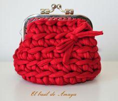El baúl de Amaya: Monedero con boquilla de trapillo rojo Crochet Baby Shoes, Knit Crochet, T Shirt Yarn, Yarn Projects, Change Purse, Knitted Bags, Yarn Crafts, Zipper Pouch, Free Pattern