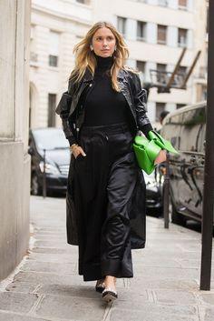 13 Outfitideen: So stylt ihr Lackleder in diesem Winter #refinery29 http://www.refinery29.de/2016/11/128454/so-stylt-ihr-lackleder-in-diesem-winter#slide-11 Du trägst immer nur schwarz und kannst es nicht mehr sehen? Mit Lackleder kannst du das Ganze schnell und einfach aufpolieren. Pernille Teisbaek trägt eine schwarze Version des heiß geliebten Mantels von Isabel Marant, dazu eine Hose von Loewe, Glitter-Schuhe von Miu Miu und eine quietschgrüne Acne Bow Bag....