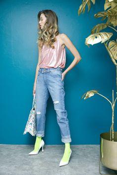 Blusa rosa metálico y aretes blancos con piedras de colores MAP, pantalón destrucción decolorado  y bolsa blanca de paletas That´s It, medias verdes Oroblu y estiletos blancos Steve Madden.