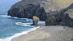 Te contamos cómo llegar a esta playa de Andalucía considerada la mejor de España. Además, te informamos sobre el alojamiento y otros servicios.