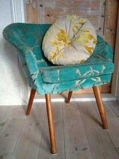 60-luvun kevyt nojatuoli uudelleen verhoiltuna Harlequinin Pasha kankaalla. #verhoilu