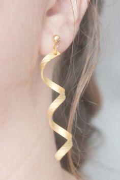 Inspiré par les boucles doreilles portées par la princesse sérénité dans le manga et lanime Sailor Moon !  Fait de laiton spirales et bijou or.