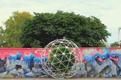 Hortum machina B half tuin half machine. Deze interactieve bol met planten dat zichzelf door de stad kan verplaatsen. is onderdeel van de reEarth Project. Een project van de   Interactive Architecture Lab van de UCLs Bartlett School of Architecture.