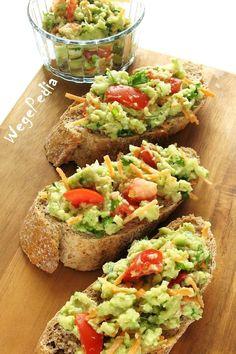 Guacamole z pomidorem to przepyszna, wiosenna meksykańska pasta do nachosów i kanapek - idealna na szybkie i zdrowe śniadanie.