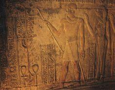 """Imhotep, """"Aquele que vem em paz"""" Para construir o complexo piramidal foi necessária uma organização impar, uma boa gestão dos recursos e uma forte liderança. O faraó Djoser contava com um arquitecto (também astrónomo) de uma capacidade inata para as grandes construções, o seu nome era Imhotep. Imhotep, gozou em vida um prestígio incalculável vindo a ser considerado, depois da morte, pai da arquitectura no Egipto. Joseph In Egypt, Ancient Egypt, Hardwood, Bible, People, Death, Pai, Egypt, Historia"""