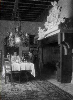 Antoni i Teresa Amatller al menjador de casa seva al Passeig de Gràcia.