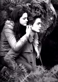 "Edward: ""Come on, little coward, climb to my back."" Bella: ""I'm a bit heavier than your average backpack."" pic.twitter.com/anv9m6p8tb"