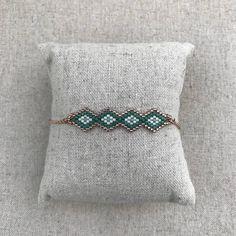 Women green plated Miyuki seed beads with chain weave bracelet rose gold Bracelets Design, Woven Bracelets, Seed Bead Patterns, Beading Patterns, Bead Embroidery Jewelry, Beaded Embroidery, Bracelet Rose Gold, Rakhi Design, Hand Chain