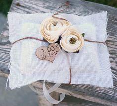 Vintage Wedding Ring Pillow Burlap Pillow di braggingbags su Etsy
