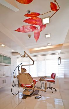 Smiles By Dr. Cecile / Buensalido Architects. Blanco y rojo. El techo me fascina.