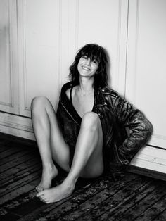Charlotte Gainsbourg The descendant of haute bohemian cool is creating a legacy that is entirely her own, and absolutely enchanting. Charlotte Gainsbourg, Jane Birkin, Gainsbourg Birkin, Serge Gainsbourg, Fille Indie, Kate Barry, Beautiful People, Beautiful Women, Lou Doillon