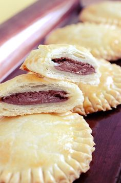 Nutella Recipe With Chocolate: Baked Nutella Mini Pies - These baked Nutella mini pies have a flakey crust and a deliciously stuffed middle. This Nutella re - Mini Pie Recipes, Nutella Recipes, Sweet Recipes, Baking Recipes, Dessert Recipes, Cake Recipes, Mini Desserts, Delicious Desserts, Yummy Food