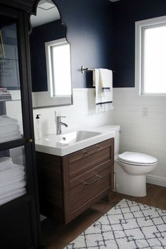 Blaue Wände Oben, Fliesen Unten, Badezimmer Gestaltungsideen, Kleiner  Weißer Teppich, Badmöbel Set