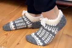 KARDEMUMMAN TALO: Tossut pitsinauhoilla Sock Crafts, Crochet Slippers, Knitting Socks, Nicu, Fashion, Knit Socks, Moda, Fashion Styles, Crocheted Slippers