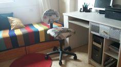 Escriptori de melamina vell, pintat amb chalck paint gris i calaix forrat amb roba. Cadira de escriptori retapisada amb roba resinada