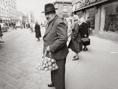 Nach dem Einkaufen am Brunnenmarkt in Wien XVI. , Ottakring. Photographie. 1951. Austria, Vintage Photos, In This Moment, History, City, Flea Markets, Foodies, Painting, Photography