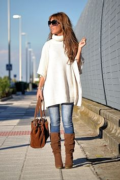 Oversized white top, with blue jeans and brown boots and bag Casual Day Outfits, Fall Fashion Outfits, Fall Winter Outfits, Modest Fashion, Look Fashion, Stylish Outfits, Autumn Fashion, Jeans Bleu, Blue Jeans