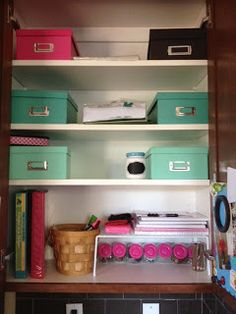Home Office organization, office in a cabinet, space saver Office Organization At Work, Organization Ideas, Home Office Layouts, Desk Layout, Home Bar Furniture, Back To School Supplies, Trendy Home, Working Area, Bars For Home