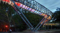 La pasarela Slinky spring to Fame se dispone sobre el canal Rhin-Herne, en Oberhausen. Diseñada por el equipo Jörg Schalich-Rudolf Bergermann,