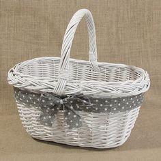 Wiklinowy koszyk w kolorze białym zdobiony szarą wstążką