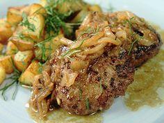Pannbiff med lök och råstekt potatis   Recept från Köket.se Swedish Recipes, Deli, A Table, Steak, Recipies, Dinner Recipes, Food And Drink, Pork, Chicken