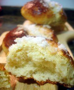Con la receta de bollos suizos podemos elaborar otros bollos denominados cristinas o medianoches. Unas piezas de repostería, típicas de una cafetería, que podemos elaborar en casa cualquier tarde partiendo de una sencilla masa preparada con ingredientes presentes en cualquier cocina. Sabemos que …