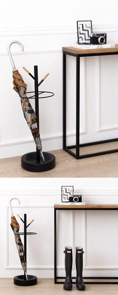 El paragüero Tana lo tienes en negro y blanco, con su elegante diseño combinando madera y metal es perfecto para la entrada de tu casa.
